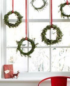 Window decoration for Christmas - beautiful subtle and great examples - fensterdeko - noel Christmas Kitchen, Noel Christmas, Christmas Balls, Simple Christmas, Beautiful Christmas, Christmas Wreaths, Christmas Ornaments, Christmas Windows, Modern Christmas
