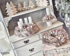 Adventi koszorú és kopogtató Christmas Advent Wreath, Pink Christmas, Christmas Decorations, Xmas, Christmas Tree, Christmas Inspiration, Pillar Candles, Decorative Boxes, Floral
