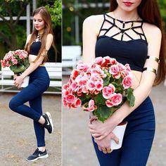 Ariadna Majewska - Sheinside Black Multiple Strap Crop Top, Denim Pants - Pink flowers (instagram @ari_maj)