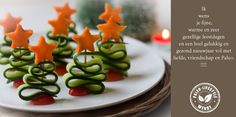 Ingrediënten (voor 20 kerstboompjes): 1 komkommer 10 cherrytomaatjes 1 dikke winterwortel 20 cocktailprikkers stervormig stekertje Bereiding: 1. Snijd met een kaasschaaf 10 lange plakken van de kom…