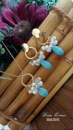 Conjunto de colar e brincos com pérolas, cristais e gota de pedra turquesa.
