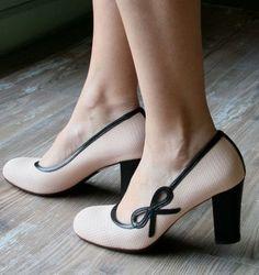 Chie Mihara shoes, sandals, blocs and boots. Buy now original, feminine footwear. Designer shoes of maximum comfort! Pretty Shoes, Beautiful Shoes, Cute Shoes, Me Too Shoes, Dream Shoes, Crazy Shoes, Mode Vintage, Vintage Shoes, Shoe Boots