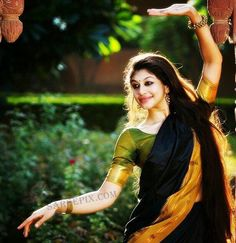 Kathak dancer Nayanatara kurma parpia in cotton saree. Sun light in hair, heavy lined eyes finished her look.