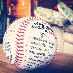 Ideas geniales de regalos originales para novios en Valentine Day: una bola de béisbol para escribir sobre ella porque él es perfecto para ti.