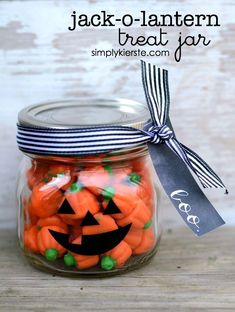 DIY Gifts 2018 This darling Jack-o-Lantern Treat Jar is the perfect Halloween gift for a friend, teacher, neighbor, family member or more! Halloween Jack, Holidays Halloween, Halloween Treats, Happy Halloween, Halloween Decorations, Halloween Party, Halloween Camping, Halloween Baskets, Halloween Countdown