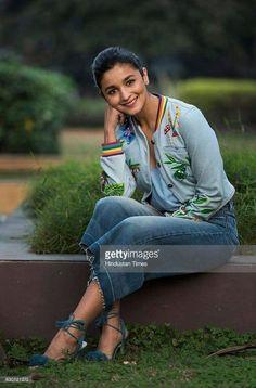 All india girl alia bhatt Indian Celebrities, Bollywood Celebrities, Bollywood Fashion, Bollywood Images, Bollywood Style, Beautiful Bollywood Actress, Beautiful Indian Actress, Beautiful Actresses, Alia Bhatt Varun Dhawan