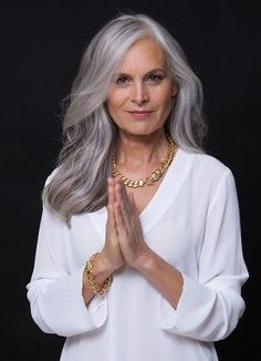 Older Women,Long Hairstyles -Get ready for 2018 Long Gray Hair, Silver Grey Hair, Grey Hair Roots, Covering Gray Hair, Beautiful Old Woman, Corte Y Color, Ageless Beauty, Great Hair, Hair Inspiration