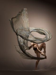 American photographer Lois Greenfield captures the majesty and beauty of dancers in motion. For her third book called 'Moving still', Greenfield shot some of the most gifted dancers from around the world in gravity-defying poses. Art Photography, Photo, Photo Shoot Tips, Photography, Dance Art, Dance Photo Shoot, Dance Photos, Dance Photography, Motion Photography