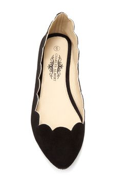 Black flats with scalloping. Love this twist on the classic black flats! Fashion Mode, Fashion Shoes, Womens Fashion, Japan Fashion, Street Fashion, Cute Shoes, Me Too Shoes, Shoe Closet, Black Flats