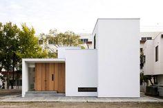位於静岡県三島市的木造二階建築,這是建築師 髙田昌彦 的設計作品。純白的外觀以木材質打造的大門,夜間在間接光的投射下,更彰顯靜謐簡約的美感。由三棟建築量體結合而成的住家,後院則有大面積的陽台和綠意,並讓採光由此進入。屋內以各種光影和端景來裝飾,隨處都有沈澱思緒的所在,讓屋主可以享受寧靜生活感。 via ツクリト建築設計事務所