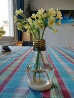 Todos usamos bombillas de luz en casa y también sabemos que son una gran fuente de contaminación, no solo por la energía que utilizan, sino por los materiales en sí mismos.Pero no te preocupes, puedes continuar usándolas y limpiar tu conciencia con estas formas originales de reciclar bombillas. De seguro querrás