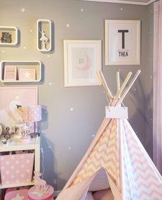 Plakat med rosa måne og fødselsplakat med stor forbokstav, vimpel og navn fra wendelborgdesign.no