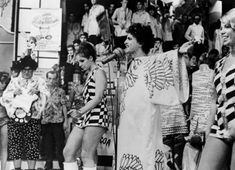 Caetano comparece ao programa especial de Chacrinha, em 9 de abril de 1968. (Folha Press)  See more at: http://tropicalia.com.br/olhar-colirico/fotos?page=1#sthash.h1nsVZq5.dpuf