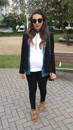 Nanda Pezzi - Look de grávida: Sobreposição Blazer e camisa Jeans + tênis de oncinha - 34 Semanas