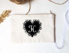 Retrouvez cet article dans ma boutique Etsy https://www.etsy.com/listing/251940386/personalized-bridesmaid-pouch-with