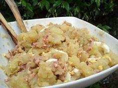 La meilleure recette de Salade fraîcheur en accompagnement d'un barbecue! L'essayer, c'est l'adopter! 4.7/5 (3 votes), 2 Commentaires. Ingrédients: GARNITURE: 5 grosses pommes de terre lavées et épluchées 3 oeufs cuits durs coupés en morceaux 200g d'allumettes fumées VINAIGRETTE: 1/2 cas de moutarde forte 3 cas d'huile de noix 1 cas de vinaigre balsamique quelques gouttes d'arôme saveur MAGGI 2 gousses d'ail hachées 1 échalote