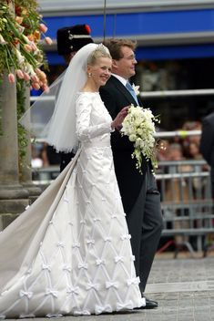 Mabel Wisse Smit waves after the civil ceremony of her wedding with Dutch Prince Johan Friso on April 2004 in Delft, The Netherlands. Mabel's silk wedding gown was made by Dutch designers Victor. Royal Wedding Gowns, Royal Weddings, Wedding Dresses, Celebrity Wedding Hair, Celebrity Weddings, Moroccan Bride, Valentino Gowns, Royal Brides, Civil Ceremony