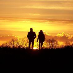 Het enige wat tussen deze twee mensen in staat is de ondergaande zon.