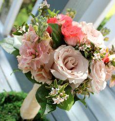 For the #bridesmaids matching #bouquets of roses stock and erisostomen. @lindsaykcornelius  #thefloralcottageflorist  #louisianaweddings #louisianabride #southernlouisiana #southernbride #southernbrides #batonrougeweddings #brwedding #ascensionweddings #batonrougebrides #coralwedding