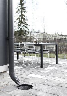 Hee Gartenstuhl von HAY. Luftiges Sitzen auf Balkon und Terrasse htttps://www.ikarus.de/marken/hay.html