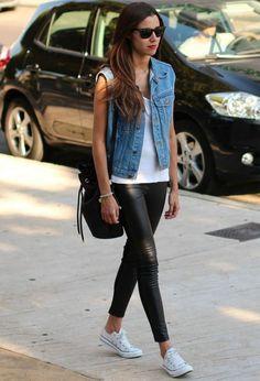 8 dicas para acertar na combinação com colete. Colete jeans, regata branca, calça legging preta, tênis all satar branco