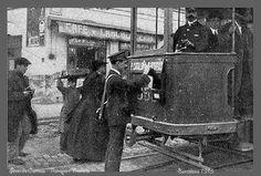 1915. Bústia del servei de correus al tramvia de Barcelona amb el carter…