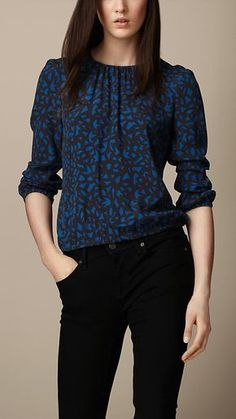 Love this geometric print crepe Top from Burberry - I really love how these types of shirts drape with the elastic at the bottom hem Blouse Designs, Blouse Styles, Slacks Outfit, Look Fashion, Fashion Outfits, Latest Fashion For Women, Womens Fashion, Burberry Women, Burberry Brit