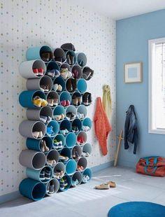 Dica de organização para os sapatos - Faça você mesmo - Sapateira com canos de PVC O cano de PVC é um excelente material para utilizar na decoração e organização da sua casa. Nesta imagem podemos observar uma sapateira feita com esses canos no quarto de um adolescente, sendo possível constatar que, de uma maneira…