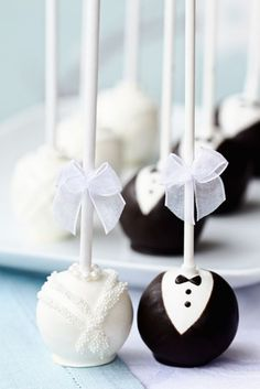 Bride and Groom Wedding Cake Pops. These are so adorable. Mørk sjokkis og hvit sjokkis!