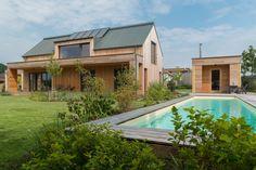 K sauně s prostorem pro uskladnění lehátek a převlékárnou přiléhá bazén plavecké délky. Vodu do něj ohřívá energie ze solárních panelů.