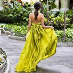 Qué mejor manera de terminar el día que mostrándoos un nuevo look de invitada con mi vestido favorito de @fernandoclarocostura. Gracias @beitaclaro por convertirme en una princesa #greenery.  Tenéis todas las fotos en mi blog ✍️ Pendientes de @lavani.jewels, clutch de @zara y localización @iberostar. . . .  #invitada #invitadas #invitadaboda #invitadasboda #invitadaconestilo #invitadasconestilo #lookinvitada #lookboda #boda #bodas #wedding #weddingguest #guest #style #fashion #moda #i...