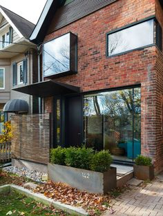24 Adorable Brick House Exterior Makeover - lmolnar - Best Design and Decoration You Need Design Exterior, Exterior Paint Colors, Modern Exterior, Modern Brick House, Houses Architecture, Toronto Architecture, Sustainable Architecture, Toronto Houses, Pintura Exterior