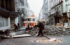 34.FRANCJA, Paris, May 25, 1968: People dismantle the barricades erected by the protesters. AFP