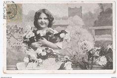 """Carte Postale Ancienne """"Fille avec un bouquet de roses"""" France 1908."""