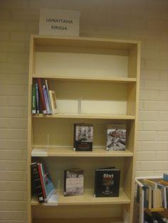 Kirjaston dvd hyllyjen vieressä taas omituinen puoli tyhjä hylly sekalaisia kirjoja.