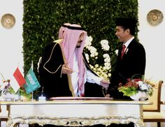 Presiden Jokowi berbincang dengan Raja Salman sebelum penandatanganan buku tamu di Istana Kepresidenan Bogor, Jawa Barat (1/3). (Foto: Humas/Agung)