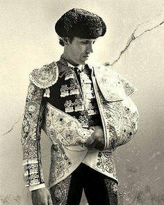 El #ToreroJoselito en su #TrajeDeLuces; #FotosDeAntaño. En él #Hispánico #ArteDeLaTauromaquía la #Vestimenta es una expresión de la #Tradición #Cultural #Ancestral que resume y define la gala en la #FistaBrava del #Circo de la #PlazaDeToro ...