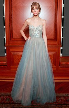 On the Red Carpet - Celebrity Gown Inspiration: Taylor Swift - InStyle Weddings - Celebrity - InStyle Taylor Swift Moda, Style Taylor Swift, Swift 3, Celebrity Gowns, Celebrity Style, Dress Vestidos, Prom Dresses, Sparkly Dresses, Taylor Swift Vestidos