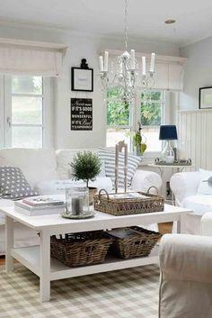 Weiße Sofa mit Hussen und Dekoration in Naturtönen