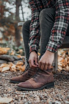 Mens Fall Boots, Mens Fall Outfits, Flannel Outfits, Mens Fall Clothing, Old Boots, Man Photography, Casual Menswear, Mens Flannel, Mens Style Guide