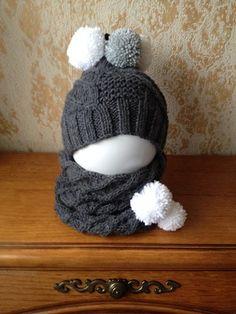Bonnet et snood assorti pour petite fille coquette,  gris anthracite et pompons en noir, gris et blanc