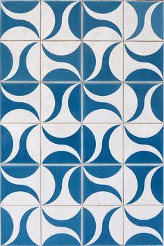 blue and white tiles - thetilesoflisbon… Tile Patterns, Pattern Art, Textures Patterns, Print Patterns, Pattern Design, Tile Art, Mosaic Tiles, Tiling, Encaustic Tile