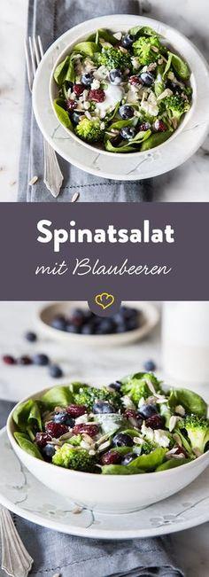 Dieser Salat schreit nach Sommer! Knackiger Brokkoli und Babyspinat harmonieren wunderbar mit fruchtigen Blaubeeren und getrockneten Cranberries.