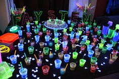 convites coloridos neon - Pesquisa Google 80s Party, Glow Party, 19th Birthday, Birthday Parties, Bolo Neon, After Prom, Cool Glow, Fantasy Party, Space Party