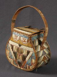 Mi'kmaq quillwork purse: 1850-1900  dyed and natural porcupine quill, birchbark, spruce root and wood - Museum of New Brunswick / Musée du Nouveau-Brunswick