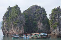 Vissersdorp aan de voet van één van de rotsen in Ha Long Bay. http://www.pimenjiska.nl/fotos-van-halong-bay