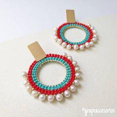 Deja que tus accesorios hablen por ti 🌷🍃... 📍Disponibles en www.grapeaccesorios.com.co 📍 Pedidos 3006179333 . Envíos GRATIS en Colombia 🇨🇴… Seed Bead Earrings, Gemstone Earrings, Beaded Earrings, Earrings Handmade, Beaded Jewelry, Handmade Jewelry, Jewellery, Dainty Jewelry, Pearl Jewelry