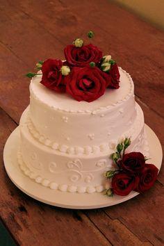 Bolo de chantilly de casamento com rosas vermelhas
