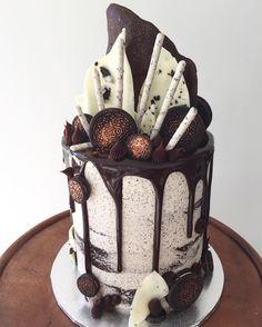 new ideas cake chocolate oreo design Chocolate Oreo Cake, Chocolate Drip, Candy Cakes, Cupcake Cakes, Drippy Cakes, Bolo Cake, Drizzle Cake, Occasion Cakes, Macaron