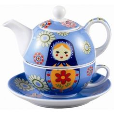 Théière solitaire Matriochka .... Russian matryoshka nesting doll tea for one teaset (stacking teapot, cup and saucer ,... artwork of doll and flowers on pale blue background, ceramic